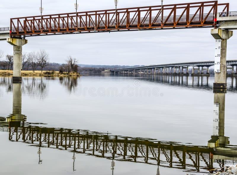 Refextion eines pedestran bridger lizenzfreie stockfotografie