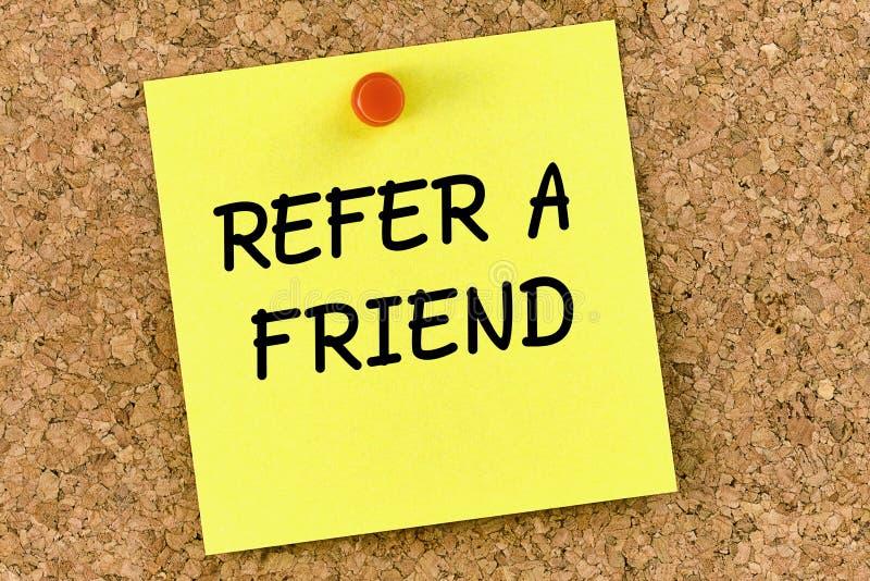 Refiera una nota de post-it del amigo fijada a Cork Board o al corkboard foto de archivo