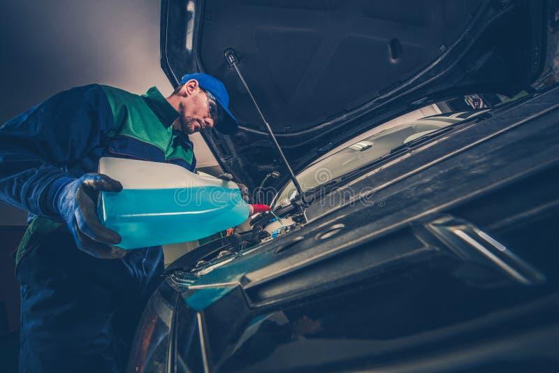 Refilling Samochodowego płuczka fluid obrazy royalty free