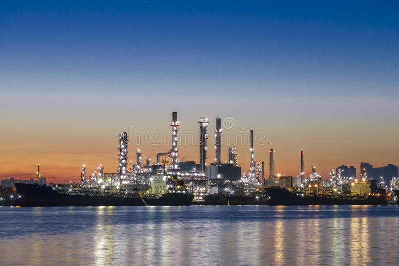 Refinação de óleo e indústria petroquímica Refinaria de petróleo de Banguecoque ao longo do rio foto de stock