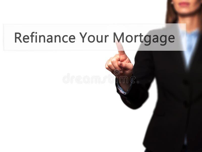 Refinance ditt intecknar på - knappen för trycka på för affärskvinnahand royaltyfri bild