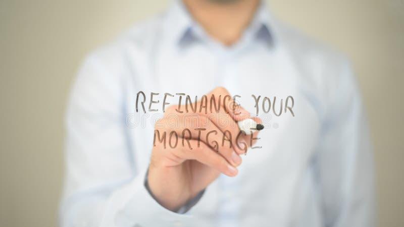 Refinancez votre hypothèque, écriture d'homme sur l'écran transparent photographie stock libre de droits