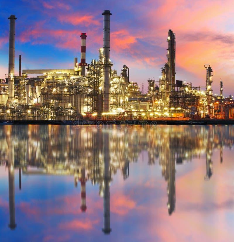 Refinaria com reflexão, fábrica do gás de petróleo, instalação petroquímica fotos de stock