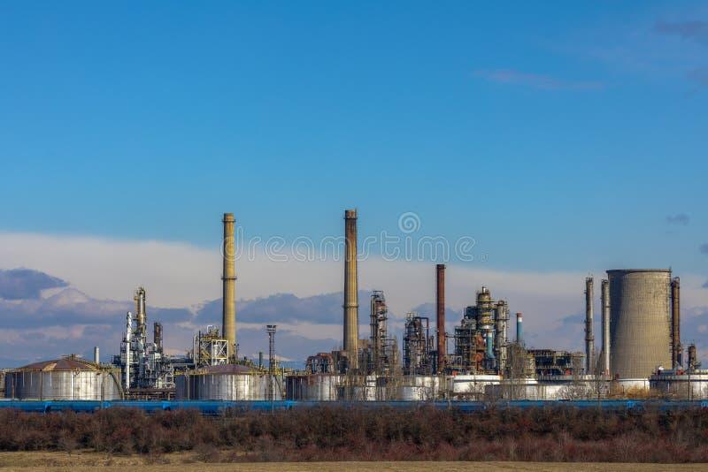 Refinaria de petróleo com facilidades imagens de stock royalty free