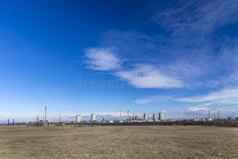 Refinaria de petróleo com facilidades imagem de stock