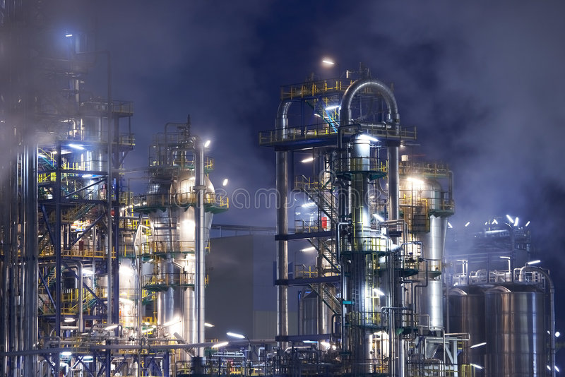 Refinaria de petróleo com fumo imagem de stock