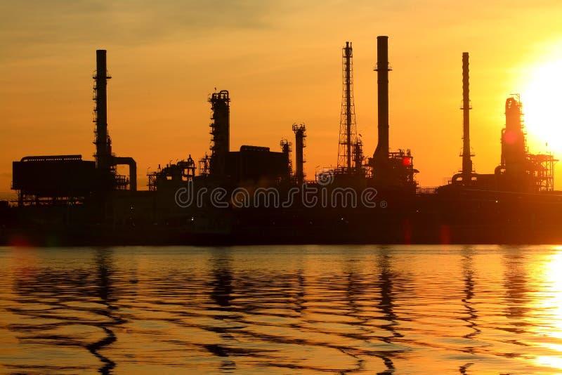 Refinaria de petróleo com nascer do sol foto de stock