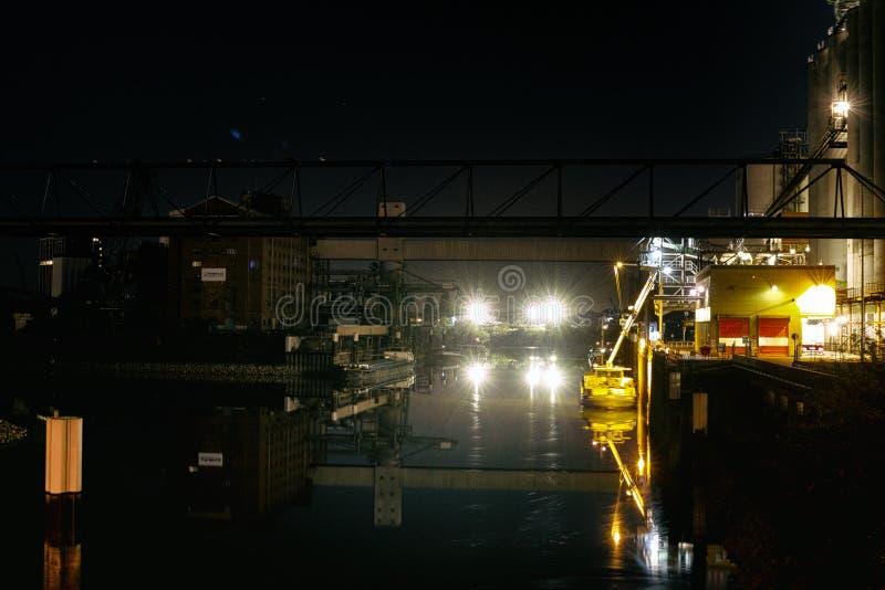 Refinaria de petróleo com o vapor de água em Mannheim, Alemanha, cena da noite da indústria petroquímica foto de stock royalty free