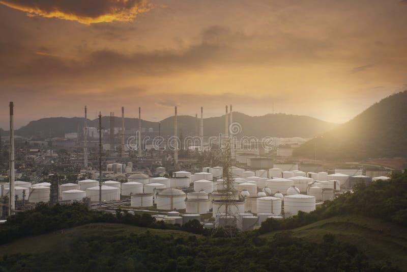 Refinaria de petróleo com toneladas de tanques no produto químico e na gasolina da exploração agrícola na paisagem foto de stock