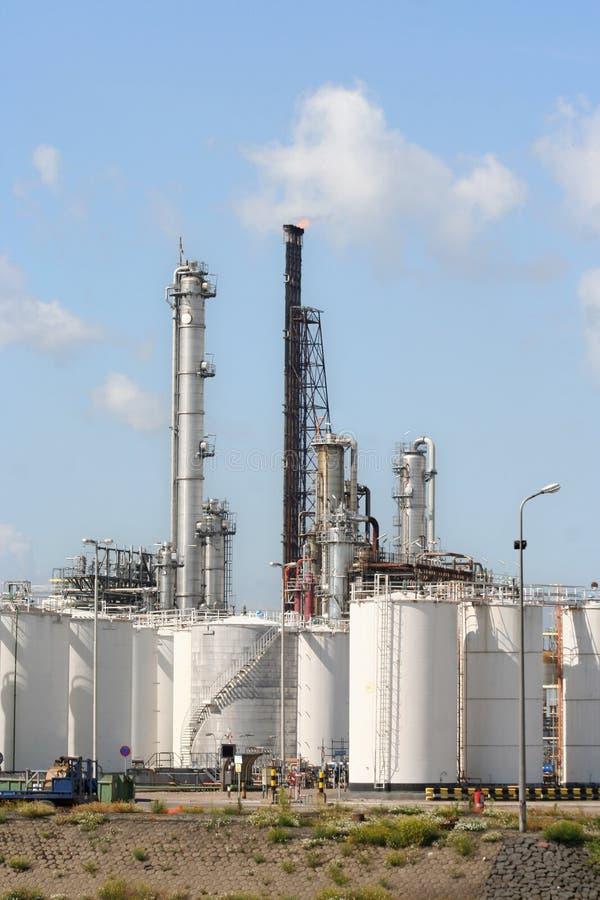 Refinaria de petróleo e depósitos imagem de stock