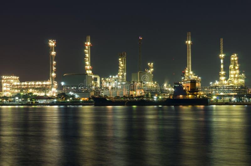 Refinaria de petróleo e gás na noite - fábrica petroquímica fotos de stock
