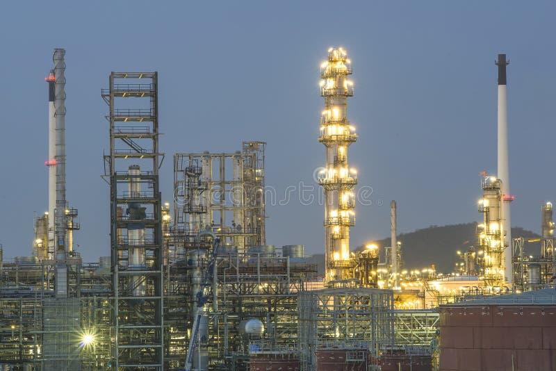 Refinaria de petróleo e gás na noite, Tailândia imagem de stock