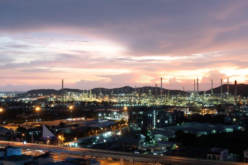 Refinaria de petróleo e petroquímica Equipamento para tubos de aço em fundo solar imagens de stock royalty free