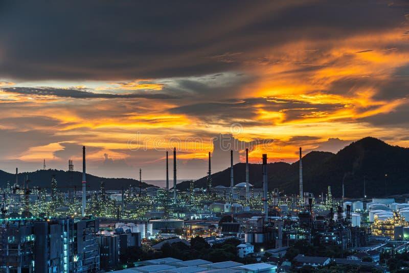 Refinaria de petróleo e petroquímica Equipamento para tubos de aço em fundo solar imagem de stock