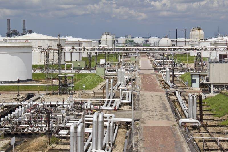 Refinaria de petróleo e silos fotos de stock royalty free