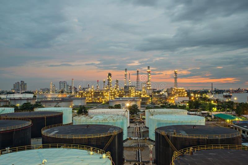 Refinaria de petróleo e tanque de armazenamento no crepúsculo imagens de stock royalty free