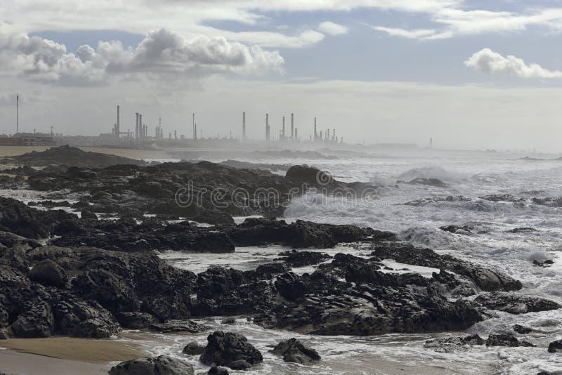 Refinaria de petróleo grande pelo mar fotos de stock