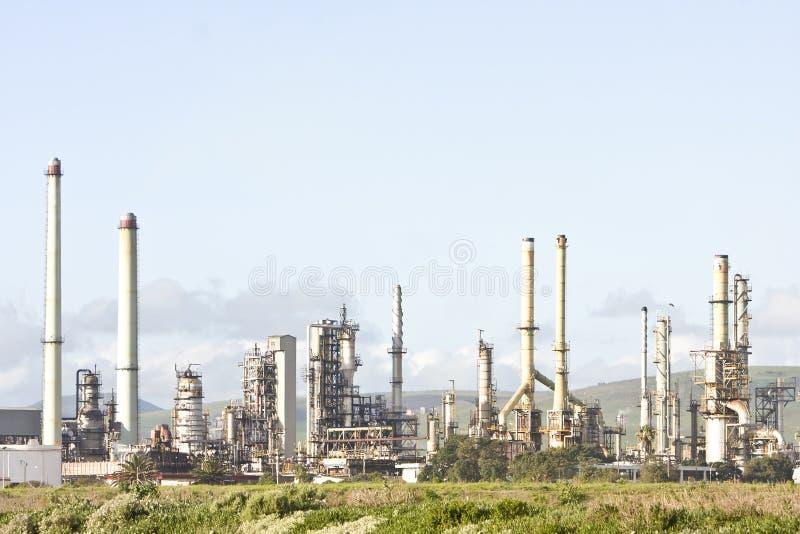 Refinaria de petróleo industrial no crepúsculo imagem de stock royalty free
