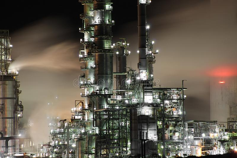 Refinaria de petróleo na noite imagens de stock