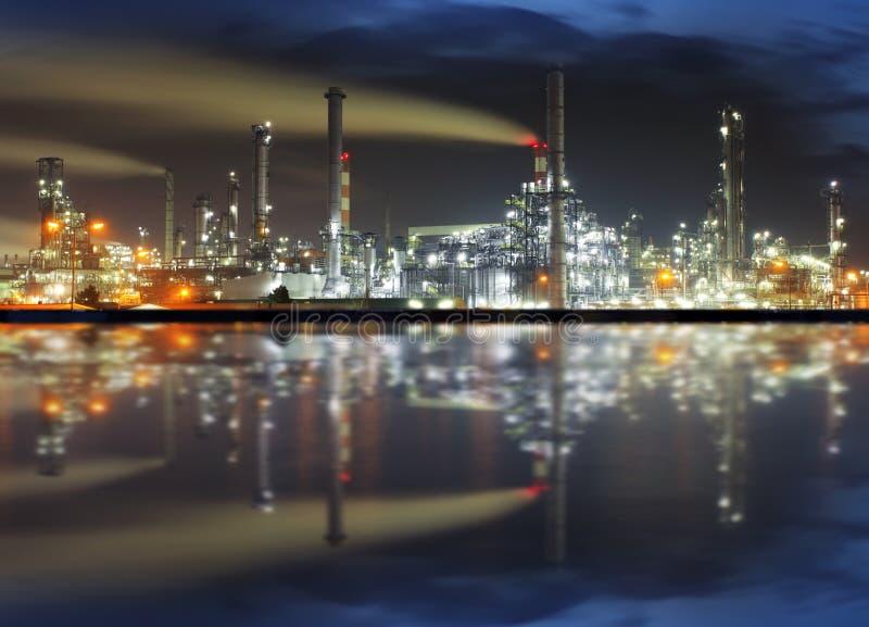 Refinaria de petróleo na noite imagem de stock