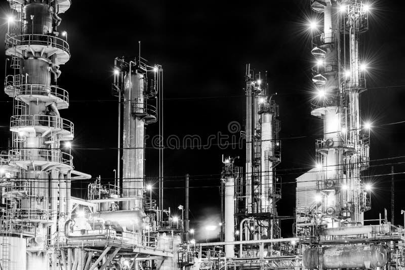Refinaria de petróleo na noite foto de stock