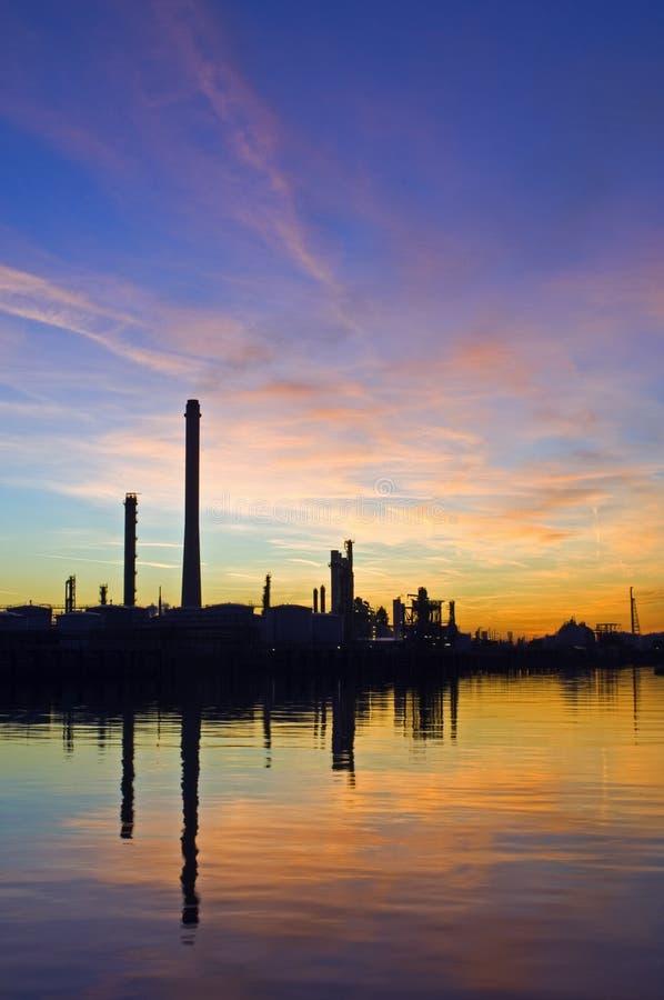 Refinaria de petróleo no por do sol fotos de stock