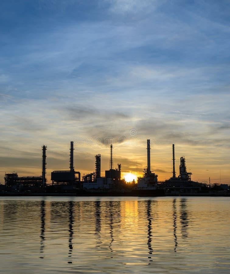 Refinaria de petróleo ou planta da indústria petroquímica no nascer do sol imagem de stock royalty free