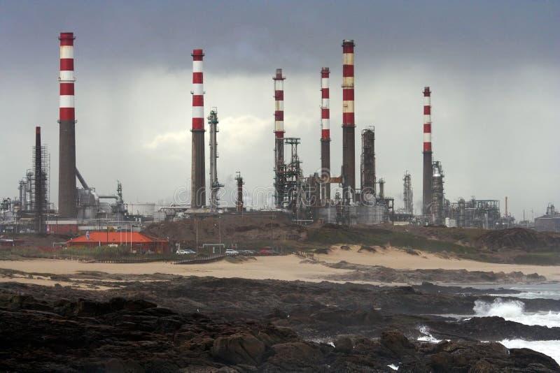Refinaria de petróleo pelo mar fotos de stock