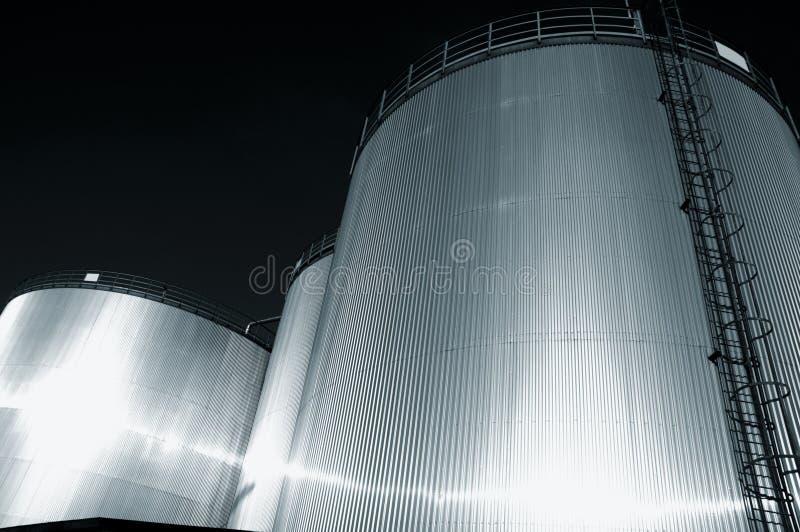 Refinería de los depósitos de gasolina en la oscuridad imagenes de archivo