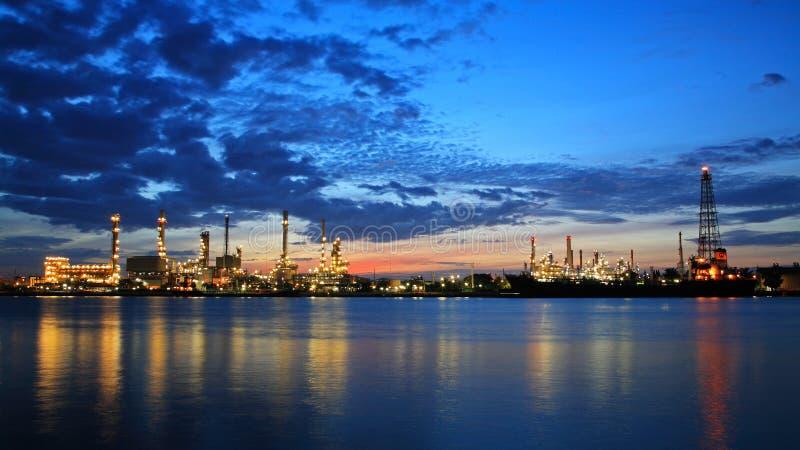 Refinería de petróleo de Bangchak contra el cielo crepuscular fotos de archivo