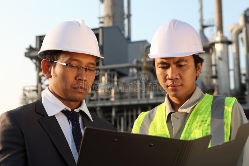 Refinería de petróleo del hombre de negocios y del ingeniero fotos de archivo