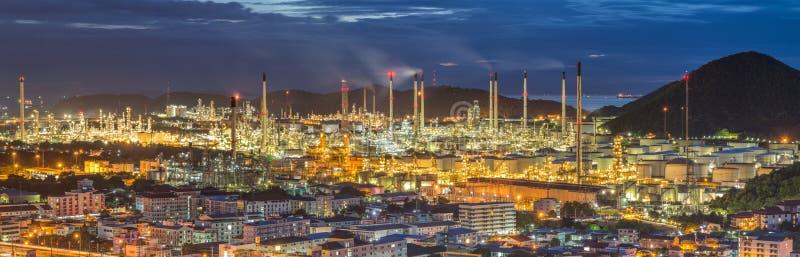 Refinería de petróleo en el crepúsculo - fábrica - planta petroquímica fotos de archivo libres de regalías