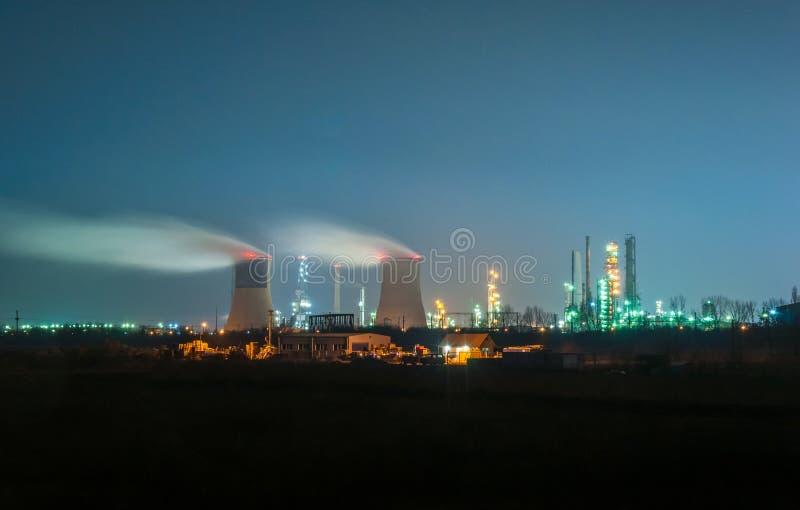 Refinería de petróleo en la noche foto de archivo libre de regalías