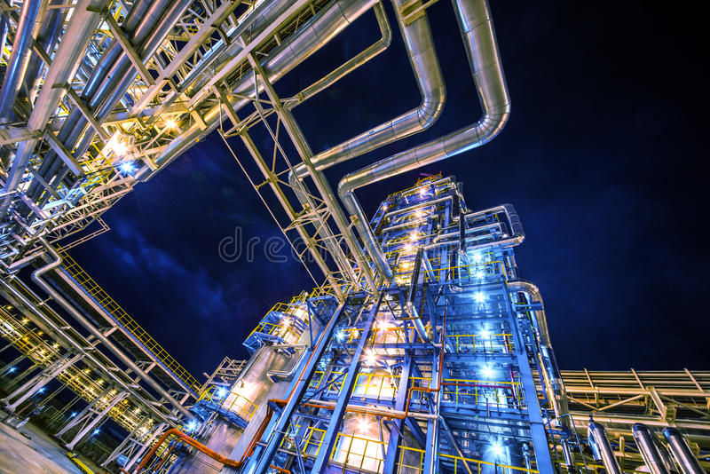 Refinería de petróleo en la noche imagen de archivo libre de regalías