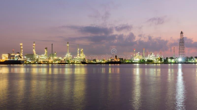 Refinería de petróleo junto con el río antes de la salida del sol, Bangkok Tailandia fotos de archivo