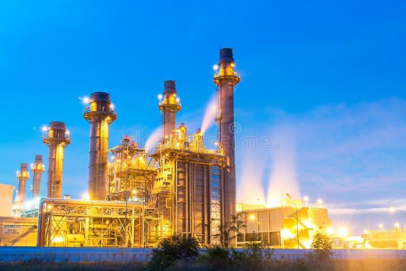 Refinería de petróleo, petróleo y central de energía en el crepúsculo con el fondo del cielo imagen de archivo libre de regalías