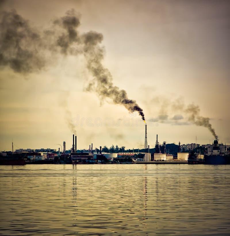 Refinería de petróleo que contamina la atmósfera foto de archivo
