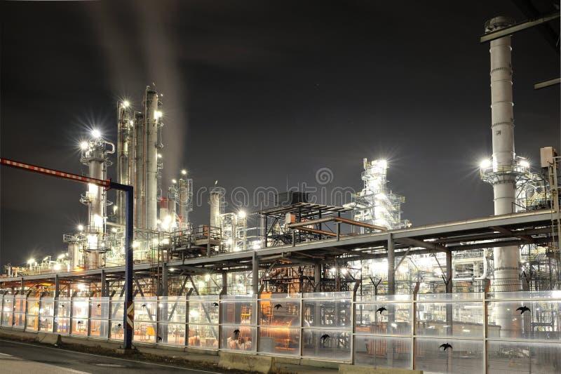Refinería del producto químico y de petróleo en noche imagenes de archivo