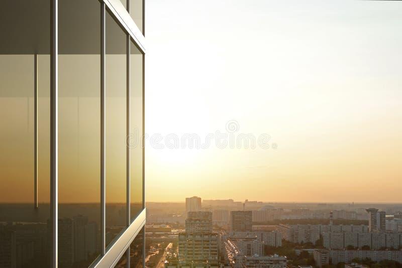 Reflété dans le verre d'un immeuble de bureaux au coucher du soleil photo libre de droits