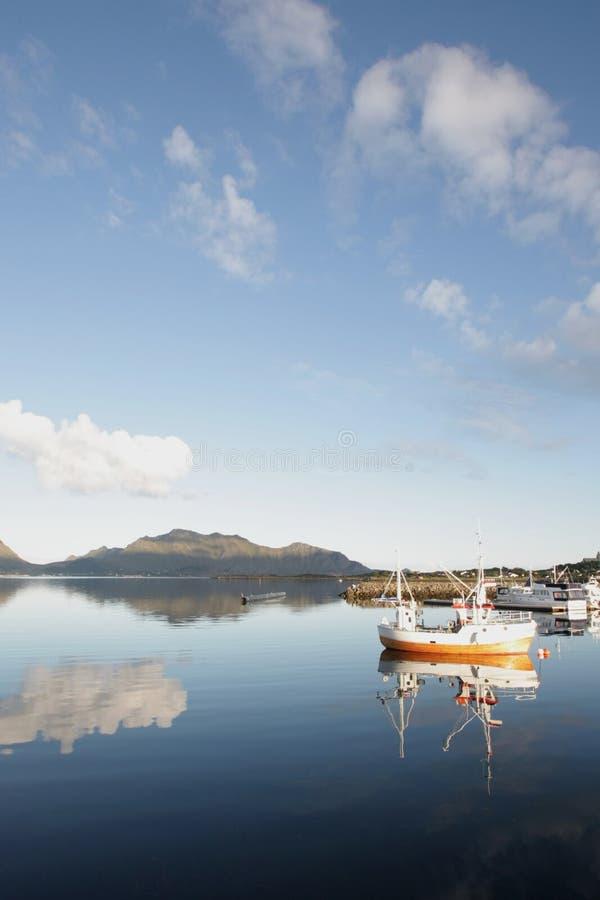 refléter de bateaux et de nuages de la pêche des lofoten photo libre de droits