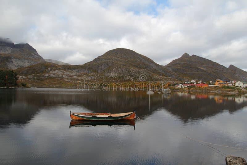 Refléter des bateaux de Lofoten traditionnel photo stock