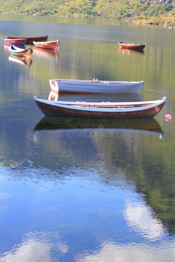 Refléter des bateaux et du ciel de Lofoten images stock
