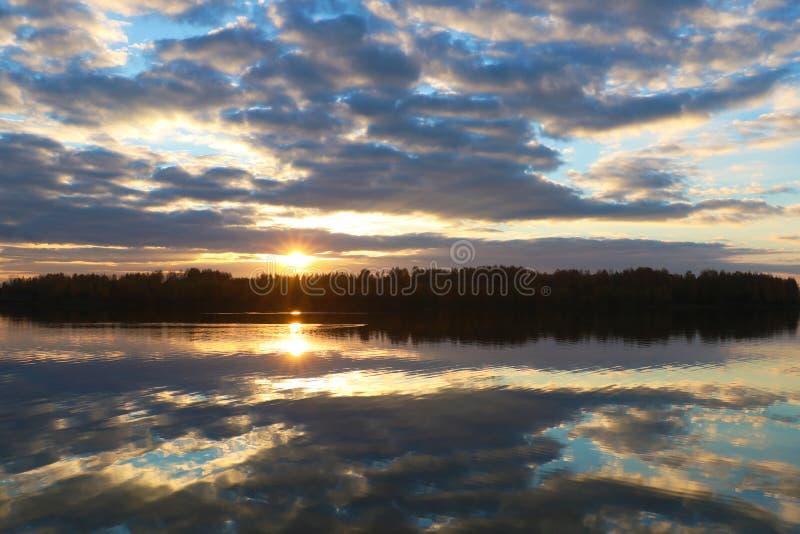 Reflétez du lac quand coucher du soleil avec le ciel bleu image stock