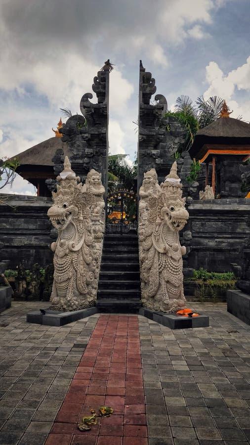 Reflétez l'entrée unique d'effet d'un temple dans Bali image stock