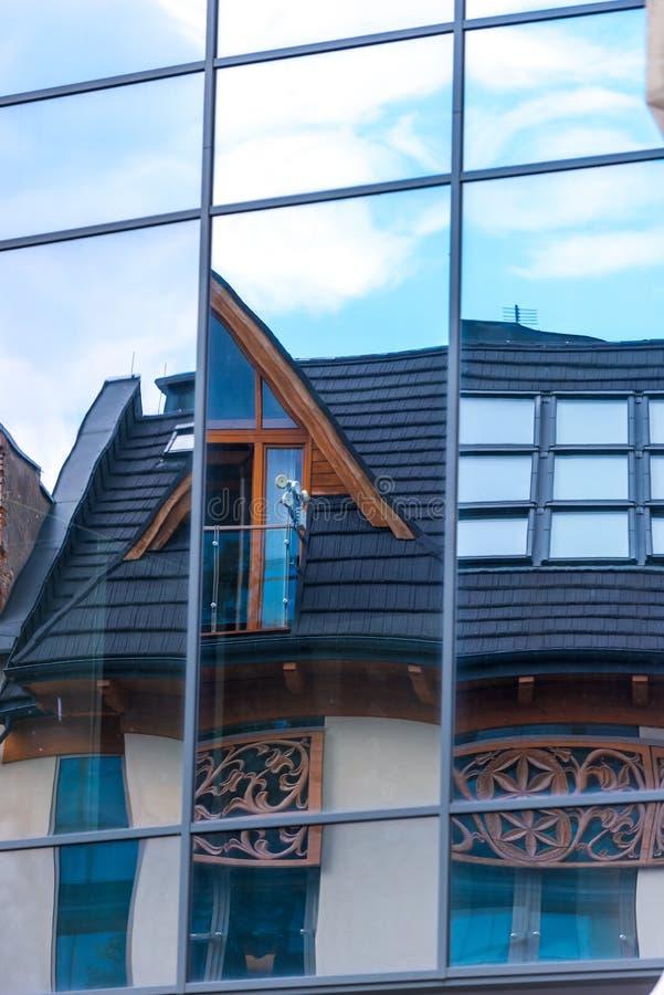 Reflétez le mur d'un bâtiment avec une réflexion images stock
