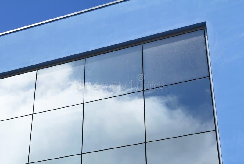 Reflétez le nuage dans les bâtiments image libre de droits