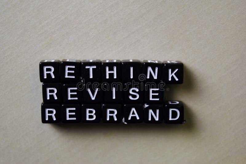 Reflétez - repenser - Rebrand sur les blocs en bois Concept d'affaires et d'inspiration images libres de droits