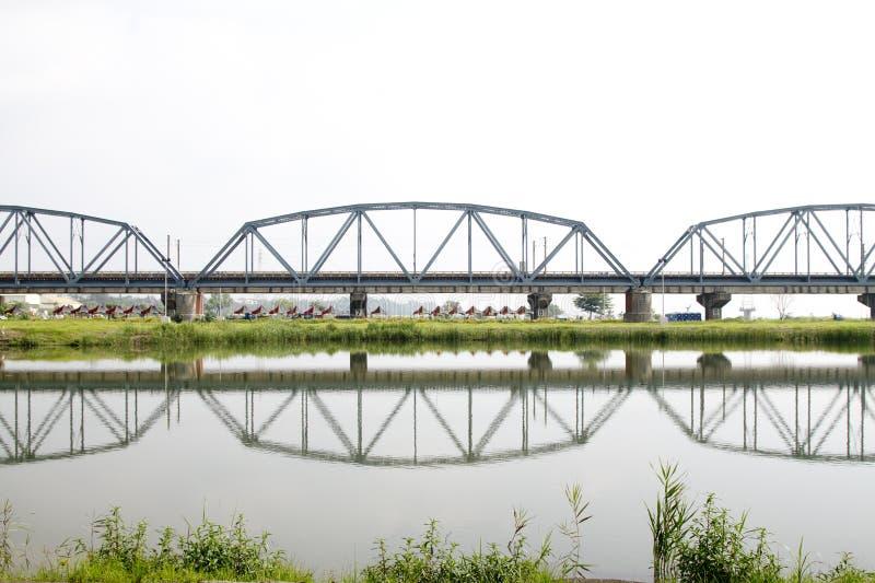 Reflectiion histórico del puente del hierro imagen de archivo libre de regalías