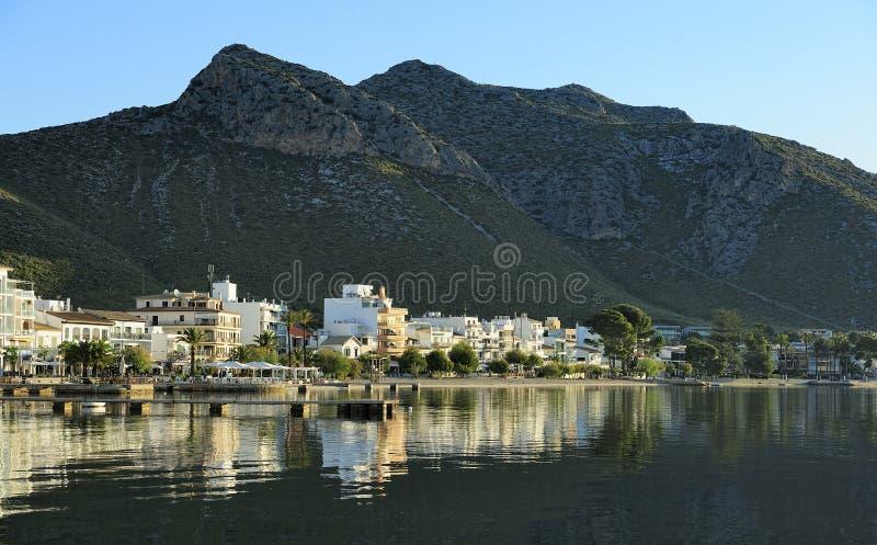 Download Reflectiond I Hamnen Av Port De Pollenca Arkivfoto - Bild av stillsamt, horisont: 27288104