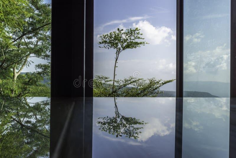 Reflecttion della natura, del moutain del paesaggio e degli alberi in cielo blu e nuvole immagini stock libere da diritti